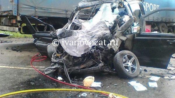 ВИвановском районе грузовой автомобиль столкнулся смаршруткой