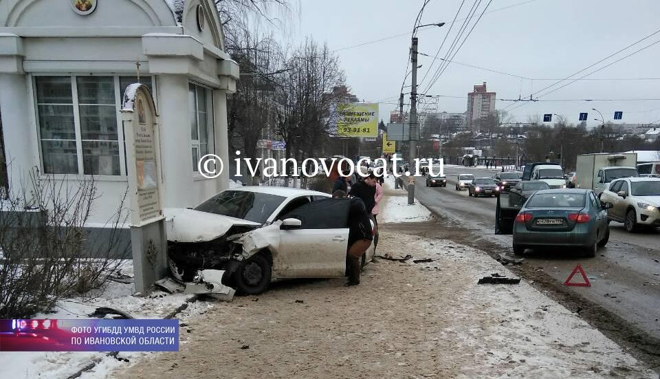 Машина сбила двоих пешеходов натротуаре после ДТП вИванове